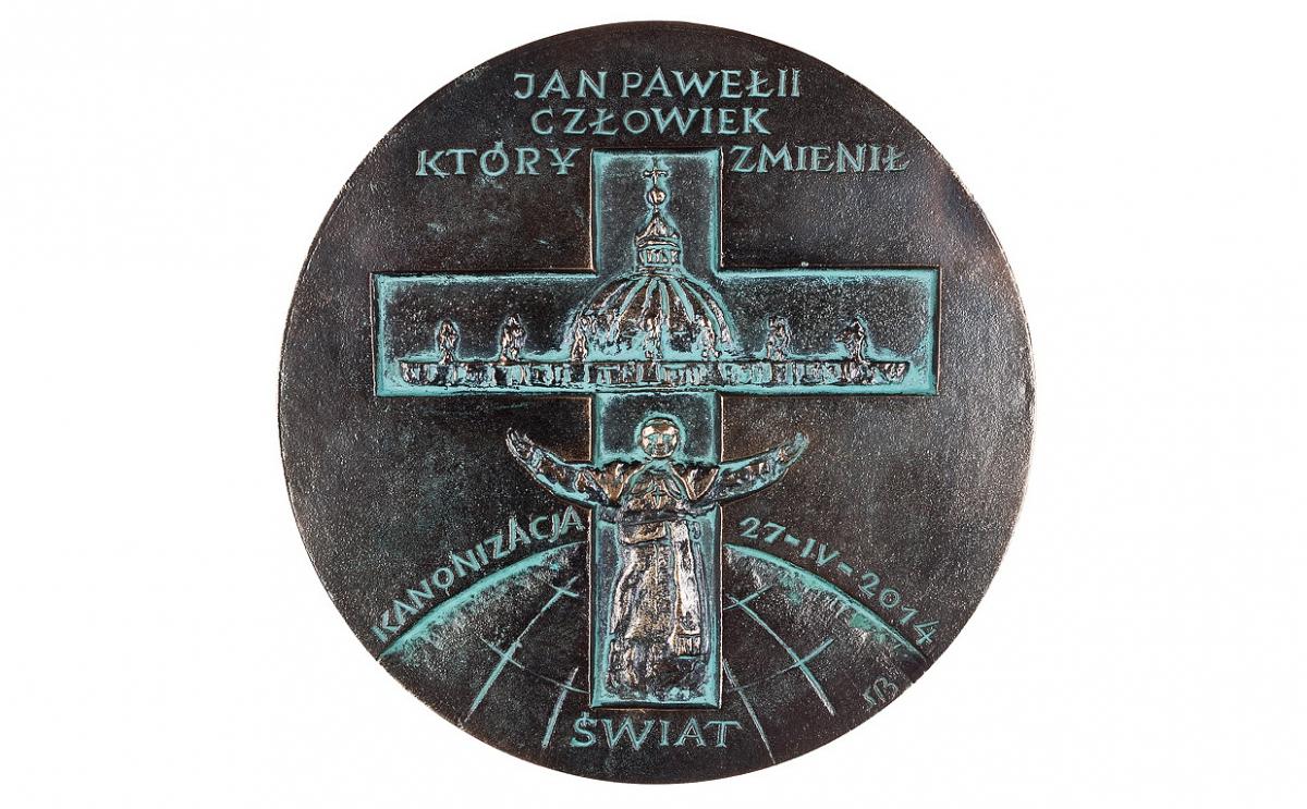 """Stanisław Biżek - """"Jan Paweł II. Człowiek, który zmienił świat"""", braz patynowany, Φ 175 mm"""
