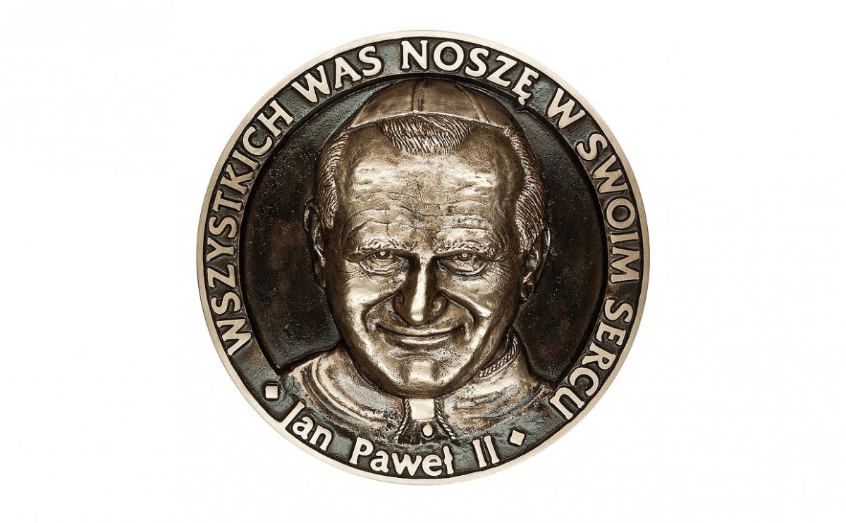 """Henryk Kułak - """"Wszystkich was noszę w swoim sercu"""" (awers), brąz patynowany, Φ 192 mm"""