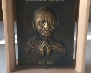 Łęski Paweł - Mahatma Gandhi (awers), mosiądz, 10x14 cm, 2016