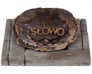 """Alicja Majewska - """"Przesłanie"""", forma złożona: beton, ziemia, brąz..."""