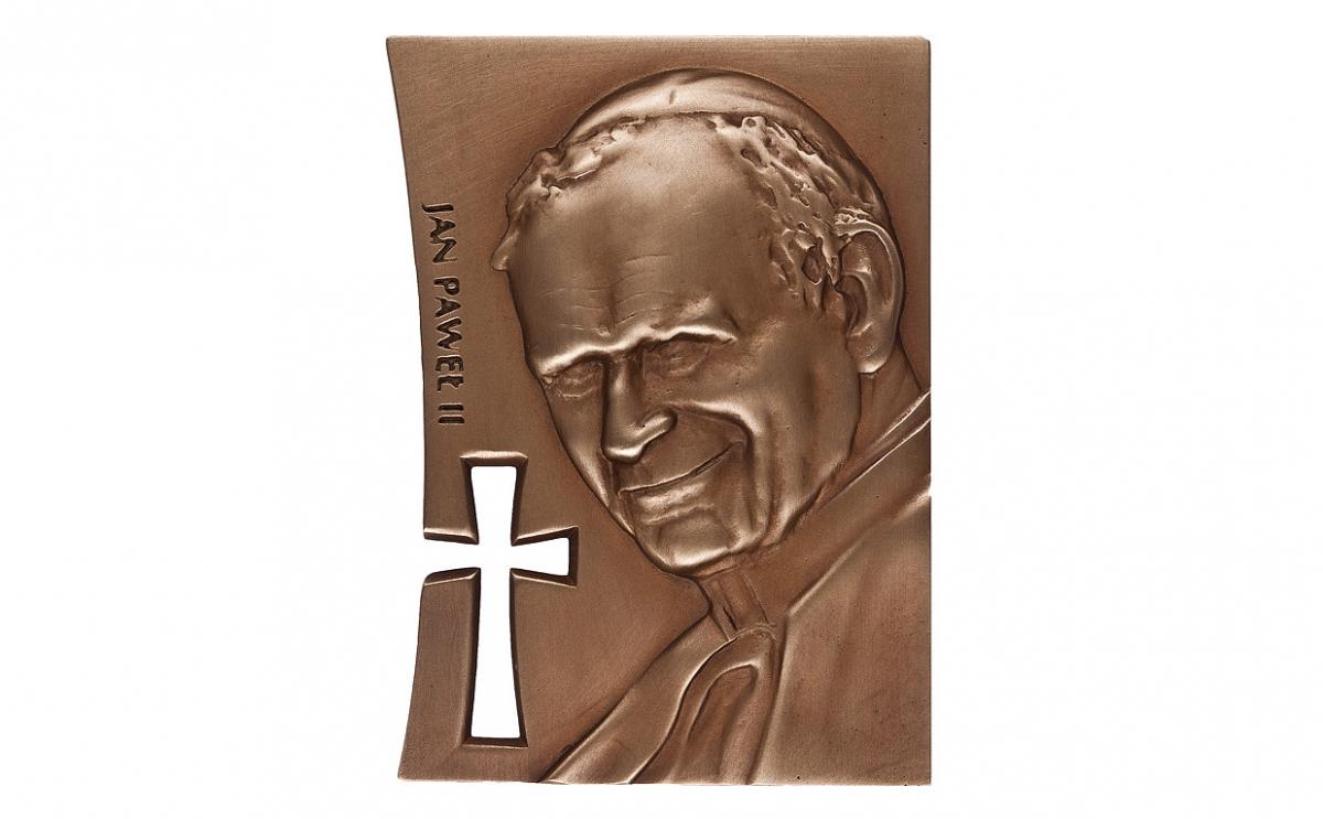"""Krzysztof Jakubik - """"Człowiekowi, który odważył się być świętym"""" (awers), brąz patynowany, 82 x 112 mm"""