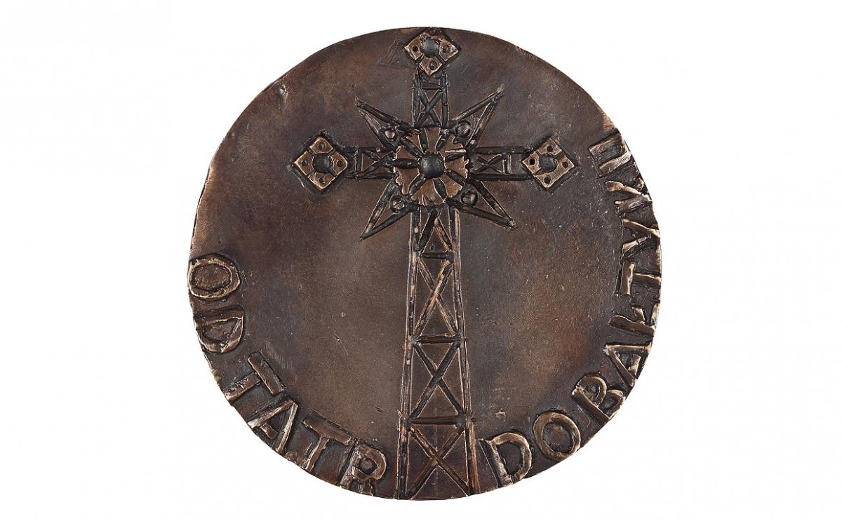 """Czesław Jałowiecki - """"Krzyż na Giewoncie"""" (rewers), brąz patynowany, Φ 115 mm"""