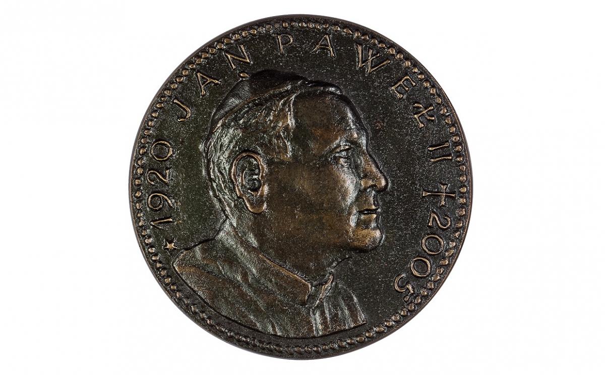 """Mateusz Dworski - """"Jan Paweł II 1920-2005"""" (awers), brąz patynowany, Φ 77 mm"""